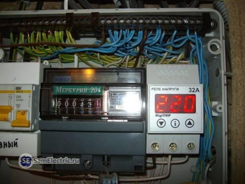 Реле контроля напряжения Digitop, установленное в электрощитке