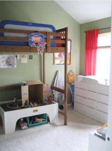 Баскетбольное кольцо на бортике двухъярусной кровати